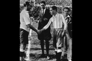 1930-FIFA-World-Cup-Captains shake hands