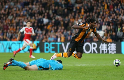 HULL, ENGLAND - SEPTEMBER 17:  Dieumerci Mbokani of Hull City is bought down by Petr Cech of Arsenal for a penelty during the Premier League match between Hull City and Arsenal at KCOM Stadium on September 17, 2016 in Hull, England.  (Photo by Alex Morton/Getty Images)