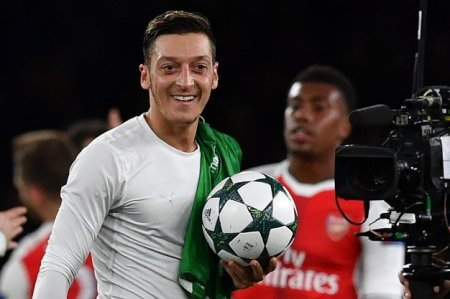 mesut-ozil-match-ball